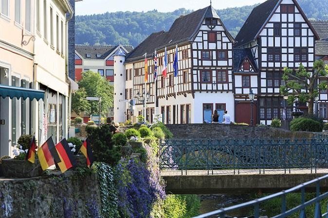 Bad Münstereifel punktet durch seine Fachwerkhäuser und durch die mittelalterliche Stadtmitte, die auch in den Weltkriegen fast unversehrt geblieben ist. (#08)