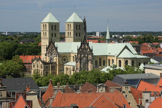 Doch Münster hat noch mehr zu bieten und ist auch wegen seiner Sehenswürdigkeiten eine Reise wert. Der größte Teil der Altstadt wurde nach den Zerstörungen des Zweiten Weltkrieges wieder aufgebaut, der mittelalterliche Stadtgrundriss wurde dabei in den meisten Fällen beibehalten. (#04)