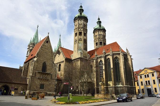 Die Stadt in Sachsen-Anhalt besitzt eine bunte Geschichte – langweilig wurde es an diesem Platz wohl noch nie. Früher befand sich hier der Sitz des Bistums Naumburg, später wurde hier ein Handelszentrum errichtet. (#05)