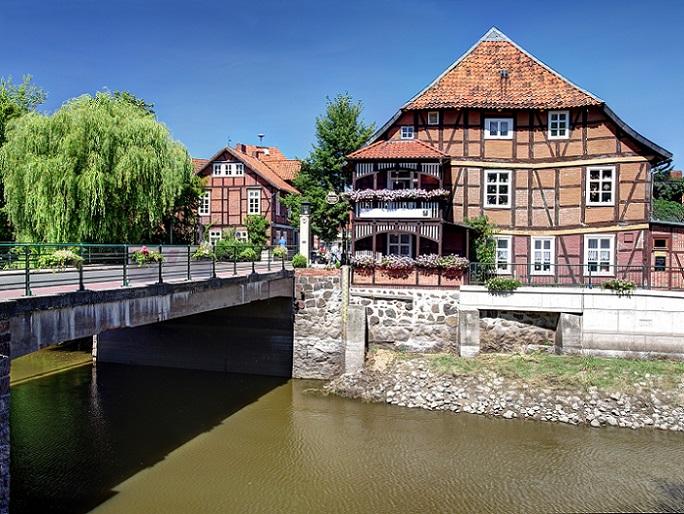 Die Stadt Hitzacker im Landkreis Lüchow-Dannenberg besticht vor allem durch die Stadtinsel, die durch die vielen Fachwerkhäuser geprägt ist. Hier findet sich auch das Zollhaus, welches heute unter Denkmalschutz steht. (#12)