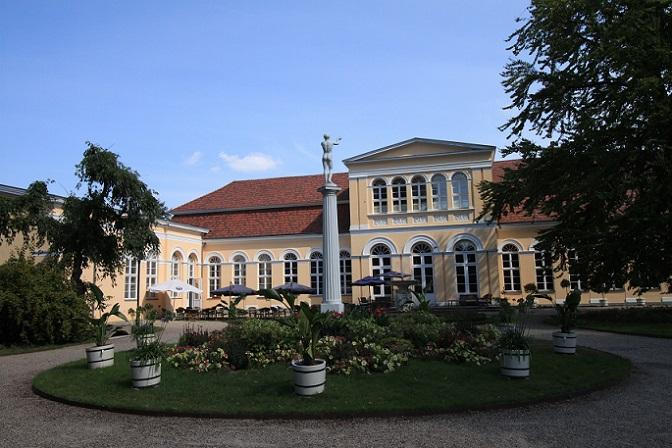 Sehenswert ist der Neustrelitzer Schlosspark, der als einziger vom ehemaligen Residenzschloss übrig geblieben ist. Das Schloss selbst wurde im Zweiten Weltkrieg völlig zerstört. (#11)