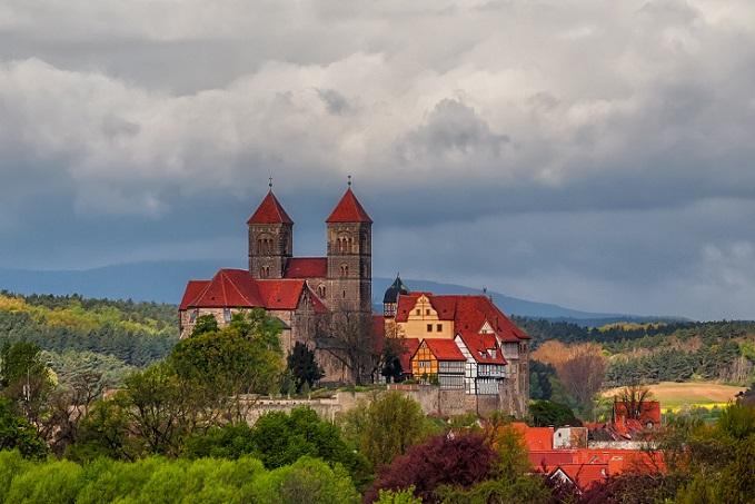 Heute zeugen die über 1200 Fachwerkhäuser, die allesamt unter Denkmalschutz stehen, von der Bedeutung, die Quedlinburg einst hatte. (#04)
