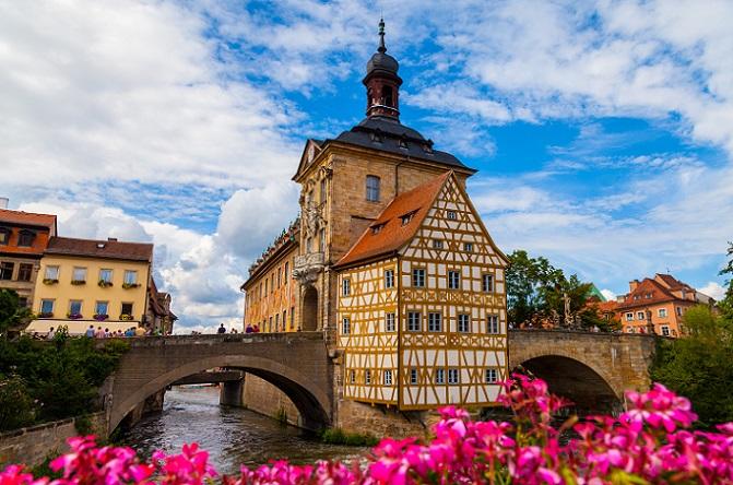 Gegründet wurde Bamberg an den Flusshäfen der Regnitz, dieser Handelsweg war ausschlaggebend für die Stadtgründer, den Ort genau an dieser Stelle zu gründen. Interessant ist, dass es hier drei historische Stadtzentren gibt: bürgerliche Inselstadt, bischöfliche Bergstadt und Gärtnerstadt. (#05)