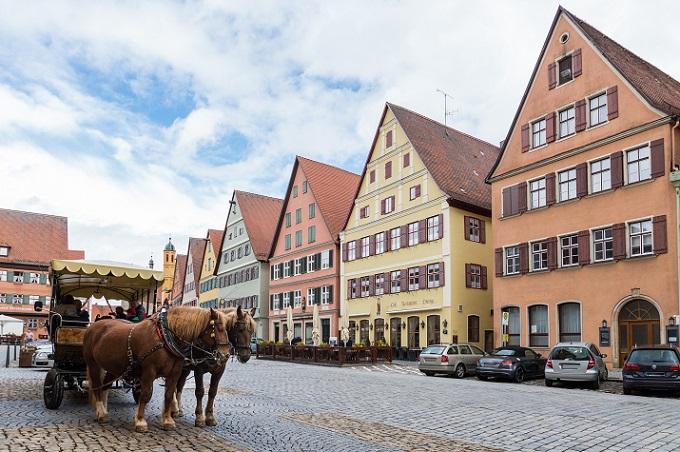 Der Name lässt nicht unbedingt eine Residenzstadt oder ein Handelszentrum vermuten. Was macht Dinkelsbühl also aus? Die Ortschaft in Bayern ist mit ihren etwa 11.000 Einwohnern recht überschaubar und ist vor allem für Mittelalterfreunde interessant. (#07)
