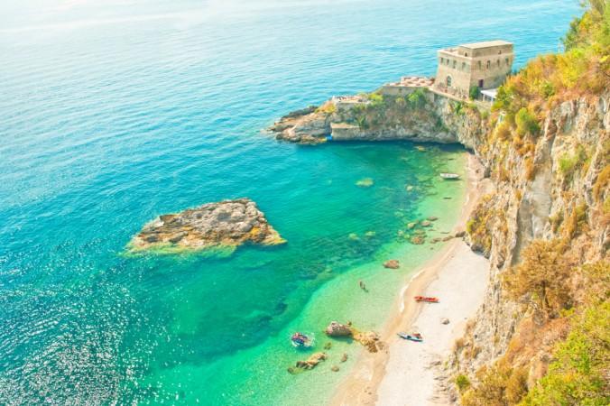 """Türkisblaues Meer und eine traumhafte Kulisse bieten einer der schönsten Strände der Amalfieküste: Die """"Bucht von Erchie"""" in Itlanien. (#3)"""