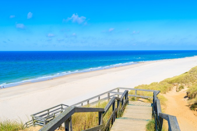 Blaues Meer und ein wunderschöner weißer Sandstrand, das gibt es doch nur in der Karibik... Hier ist der Gegenbeweis: Auf Sylt kann man Sonne tanken und das Meer von seiner schönsten Seite genießen! (#1)