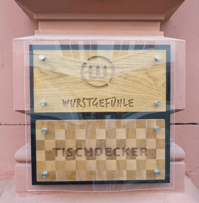 """In der Mainzer Altstadt in der Neutorstraße 13 findet sich der Mainzer Tischdecker """"Wurstgefühle"""". Das neugierig machende Schild kündet von ihm. Oft ist es Kurioses, das Mainzer Wände ziert."""