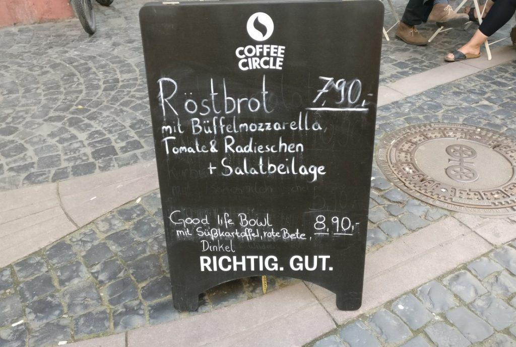 """Mainzer Wände können auch klappbar sein, wie dieser Aufsteller, der von den Leckereien des """"Lille Hus"""" erzählt. Gegenüber dem Eiscafé Rialto ist das """"Lille hus"""" gelegen, verkörpert einen völlig anderen Stil, ein völlig anderes Lebensgefühl."""
