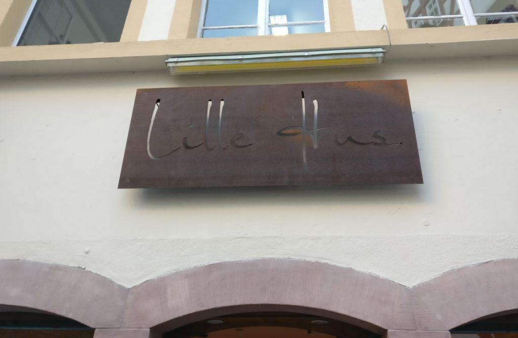 """Metall an Mainzer Wänden: Das Namensschild des """"Lille Hus"""" über dem Eingang."""