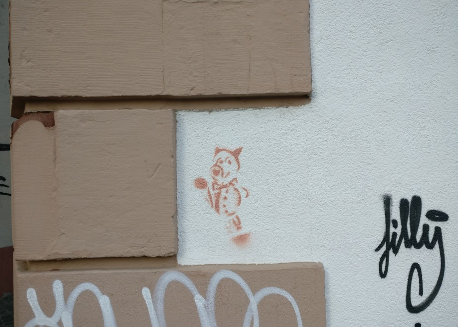 Mainzer Wände besitzen etwas nicht oder nur in sehr geringem Ausmaß, was in anderen Städten nur allzu verbreitet und bekannt ist: Das Writing und Taggen. Dies hier ist eine absolute Ausnahme in einer der kleineren Seitenstraßen der Mainzer Altstadt.