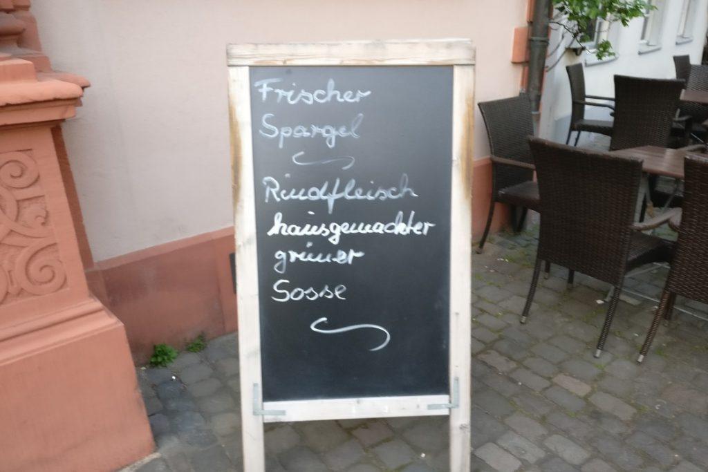 Auch die Altdeutsche Weinstube im Hotel Schwan am Liebfrauenplatz verwendet bewegliche und aufstellbare Wände. Die historische Fassade ist daher recht arbeitslos.