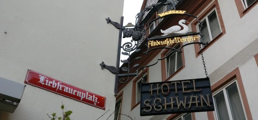 Weiter oben tragen Mainzer Wände das an längst vergangene Zeiten erinnernde Schild des Hotel Schwan. Mainzer Wände können auch dokumentieren.