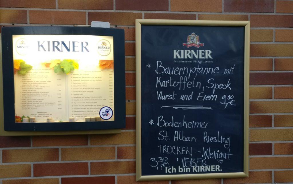 Die Grebenstraße liegt ebenfalls in der Mainzer Altstadt. Mainzer Wände künden hier von zweierlei. Das Eine ist der Baustil der Nachkriegszeit, der sich hier bis heute gehalten hat. Das Andere ist eine typische Erscheinung in der Mainzer Altstadt: Hier finden wir ein Mainzer Weinlokal. Mainz kann seine enge Verbindung mit dem Wein nicht leugnen - will es auch nicht.