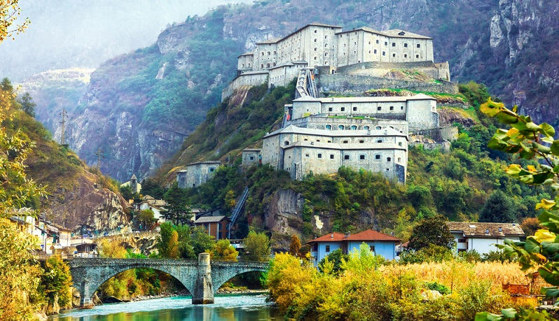 Ganz im Nordwesten des Landes – unweit der Grenze zur Schweiz und zu Italien – liegt die Stadt Aosta. Diese verbindet ein beeindruckendes Alpenpanorama mit vielen historischen Sehenswürdigkeiten.