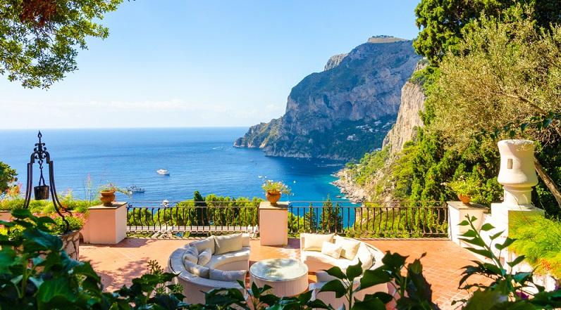 Capri ist hingegen aufgrund der bezaubernden Naturlandschaften, die die Besucher hier antreffen, ein Kandidat für die Auszeichnung als schönste Stadt Italiens. (#03)Capri ist hingegen aufgrund der bezaubernden Naturlandschaften, die die Besucher hier antreffen, ein Kandidat für die Auszeichnung als schönste Stadt Italiens. (#03)