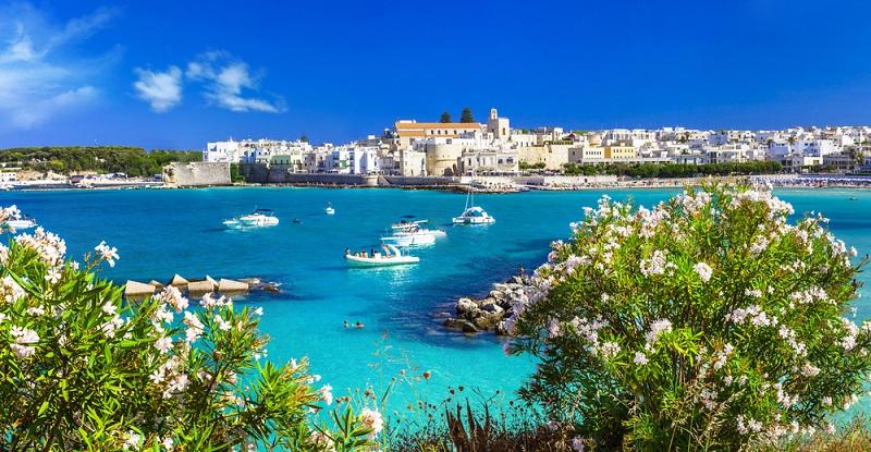 Ein Geheimtipp stellt sicherlich die Küstenstadt Otranto dar. Obwohl sie nicht ganz so bekannt ist, stellt sie für viele Urlauber die schönste Stadt in Italien dar. (#05)