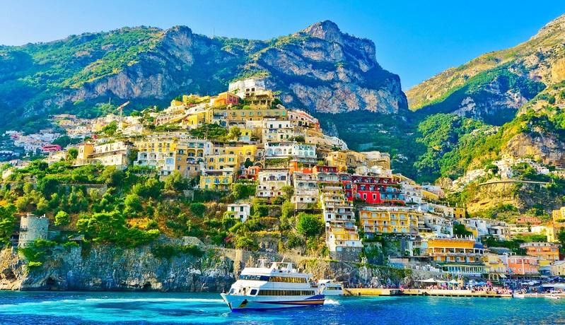 Für viele Italienurlauber sind es nicht die großen Metropolen, die als schönste Stadt des Landes infrage kommen. Vielmehr schätzen sie den Charme der kleineren Orte, in denen sich die ursprüngliche italienische Lebensweise gut erhalten hat. Ein Beispiel hierfür ist die Küstenstadt Positano in Kampanien. (#04)
