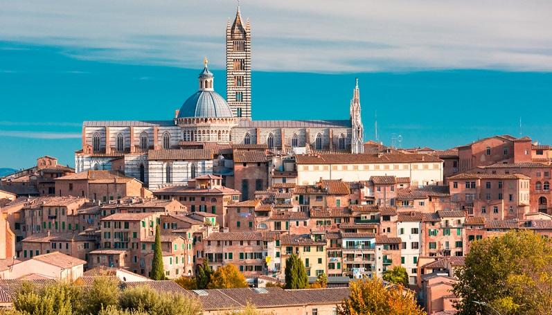 Für Urlauber, die ein mittelalterliches Stadtbild schätzen, ist vielleicht Siena die schönste Stadt Italiens. Das Zentrum ist durch verschlungene Wege und viele historische Gebäude geprägt. (#06)