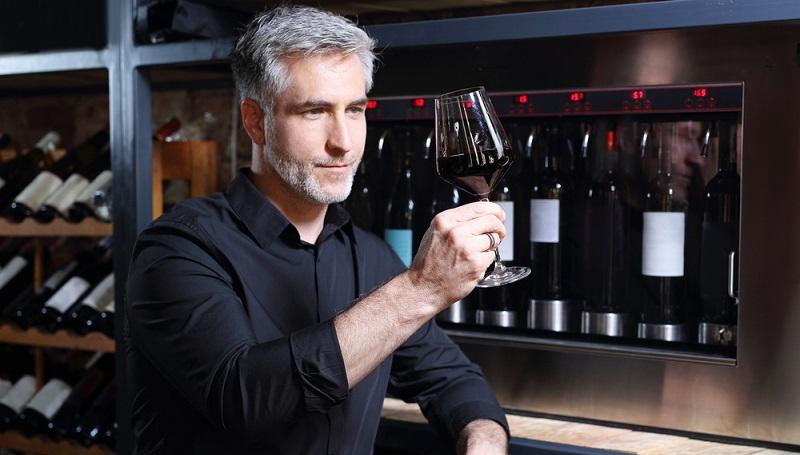 Der Weinexperte analysiert das Getränk mit Kennerblick. (#1)