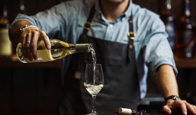 Ausgestattet mit diesem Know-how, kann der Sommelier stets den richtigen Wein präsentieren. Hierzu berät er sich in einem Gourmetrestaurant mit den Köchen, welche ihm das Menü des Tages vorstellen. (#2)