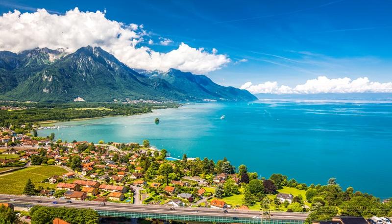 Der Genfer See liegt an der Grenze zwischen der Schweiz und Frankreich.