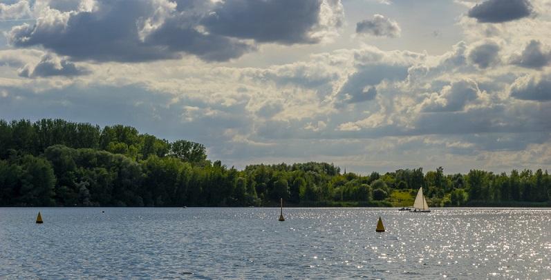 Beim Kulkwitzer See handelt es sich um einen gefluteten Tagebau, der ganz in der Nähe von Leipzig liegt.