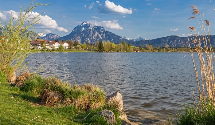Landschaftlich wunderschön gelegene Campingplatz befindet sich nahe Füssen im Allgäu am Hopfensee.