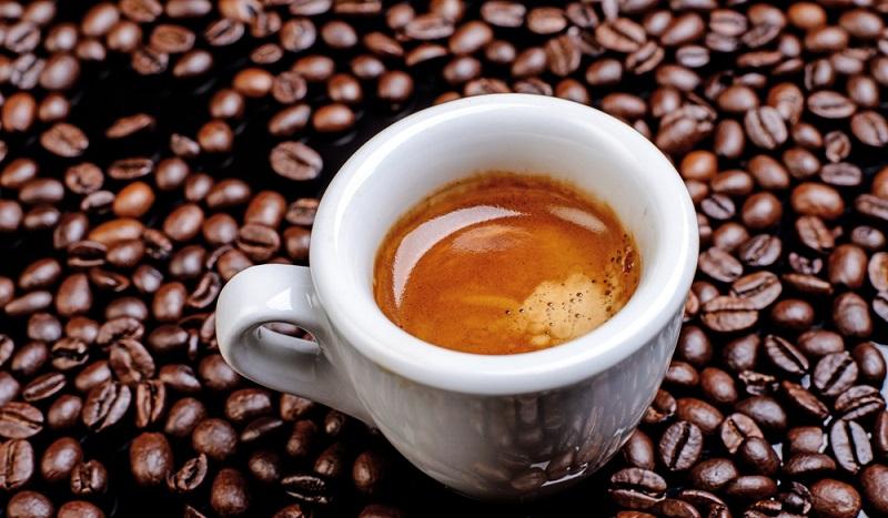 Ein Bild, das die Herzen von Kaffeefans erfreut: Ein frisch gemahlener und aufgebrühter Espresso. (#2)