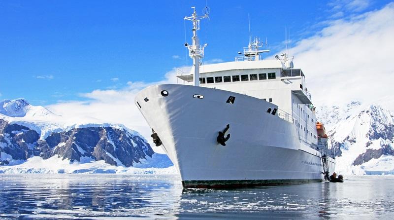 Pro Jahr sind es rund 40.000 Menschen, die in Richtung Antarktis reisen und mit den Expeditionsschiffen die Region erkunden möchten.