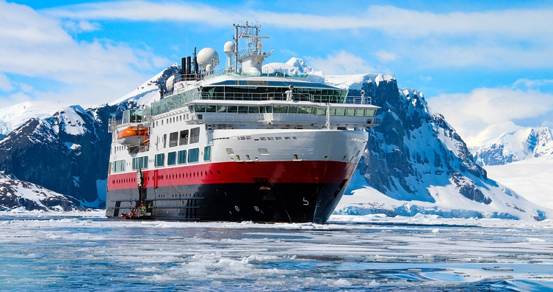Nicht nur die Kreuzfahrt in die Antarktis ist etwas ganz Besonderes, auch die Arktis hat einiges zu bieten. Das klare Licht, das kalt und grell scheint, lässt Felslabyrinthe und Schärenküsten ganz neu erscheinen und zeigt die Dörfer, die dort liegen, als farbige, romantische Ortschaften.