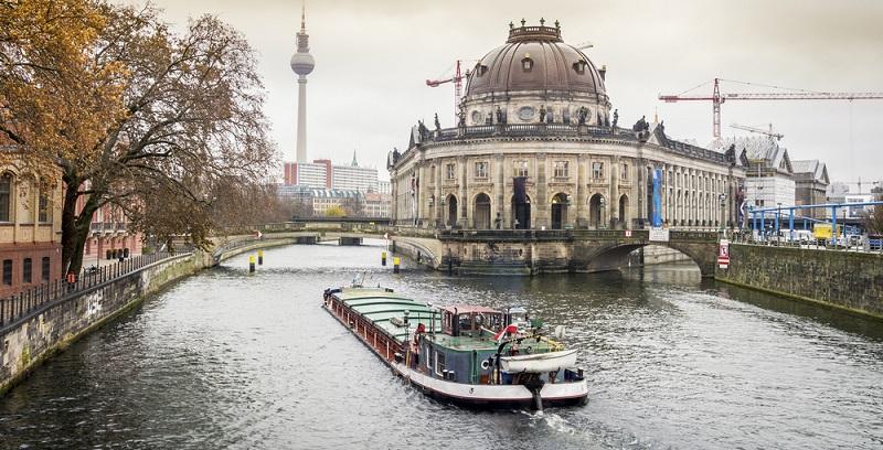 Die Hauptstadt ist nämlich auch ein Wasserparadies und bietet am 31. Dezember Schiffstouren auf der Havel und Spree an.