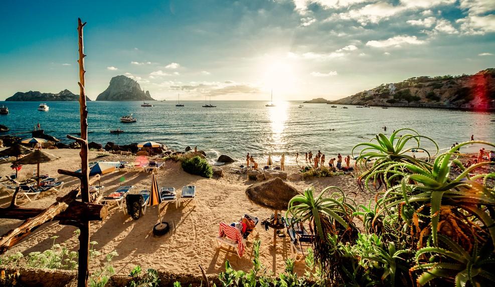 Beim Buchen des Glückshotels Ibiza haben wir stets romantische Momente vor Augen wie der Sonnenuntergang am Strand des Cala d'Hort Beach. (#1)