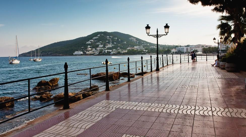 Nicht nur das Glückshotel Ibiza kann man buchen. Mit einem Besuch von Santa Eulalia bucht man auch Fun und Spaß.. Hier die Strandpromenade von Santa Eulalia. (#3)