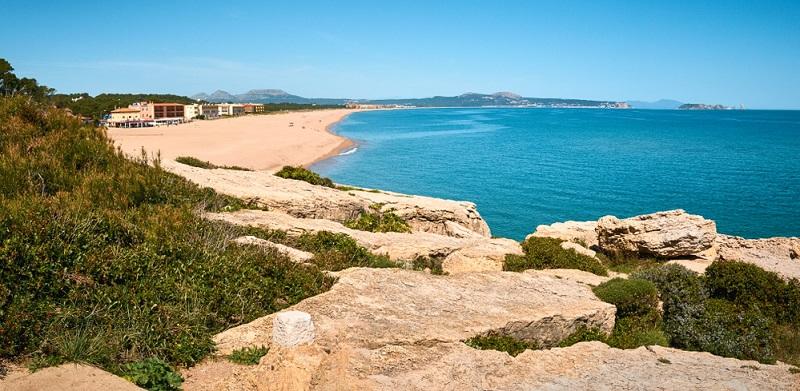 Möchten Sie die herrliche Natur der Costa Brava bestaunen, abseits von Tourismus und Hotels? Dann werden Sie den Platja Illa Roja lieben.