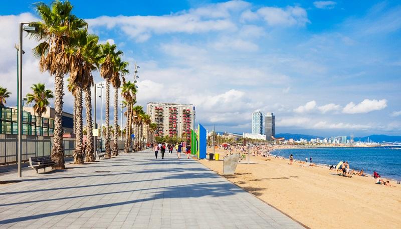 Der Playa de Barceloneta ist der beliebteste Strand Barcelonas.