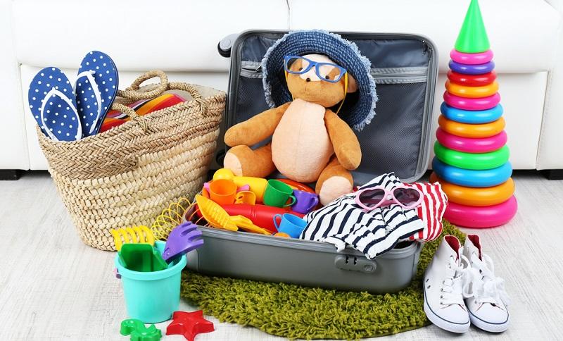 Schon beim Packen der Koffer sollten Eltern daran denken, dass das wichtigste Spielzeug unbedingt in Handgepäck gehört!