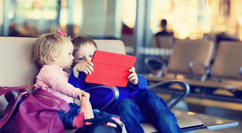Größere Kinder lieben den E-Book-Reader oder verwenden Tablet und Smartphone zum Lesen der neuesten Schmöker.