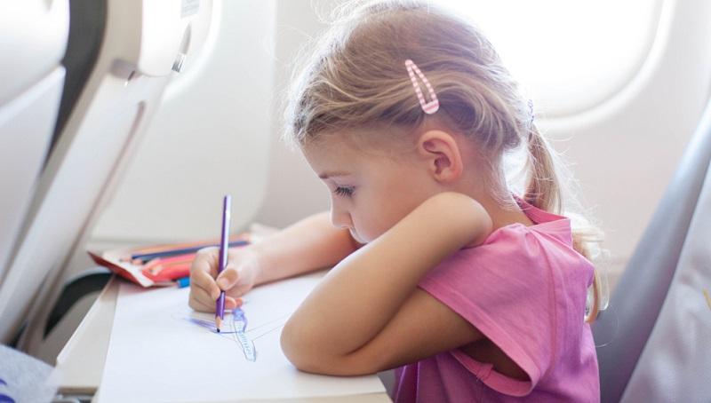 Unbedingt an Buntstifte denken! Wenn Eltern den Kleinen behelfsweise den Kugelschreiber aus der Handtasche geben, hat das meist verheerende Folgen für die Kleidung der Kleinen oder für den Sitz.