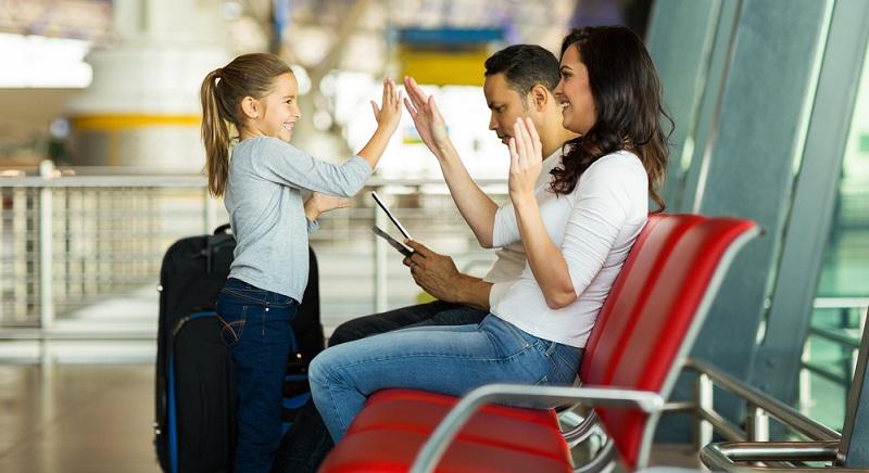 Wann geht die Reise endlich weiter? Wann sind wir da? Ist es noch lange? Diese Fragen kennen Eltern auswendig und bekommen sie bei einem Langstreckenflug auch ohne Verzögerungen oder Verspätungen hundertfach zu hören.