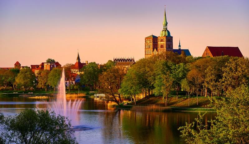 Gemeinsam mit Wismar gehört die Hansestadt Stralsund an der Meeresenge Stelasund schon wegen ihrer betörenden Altstadt seit 2002 zum Unesco- Kulturerbe.