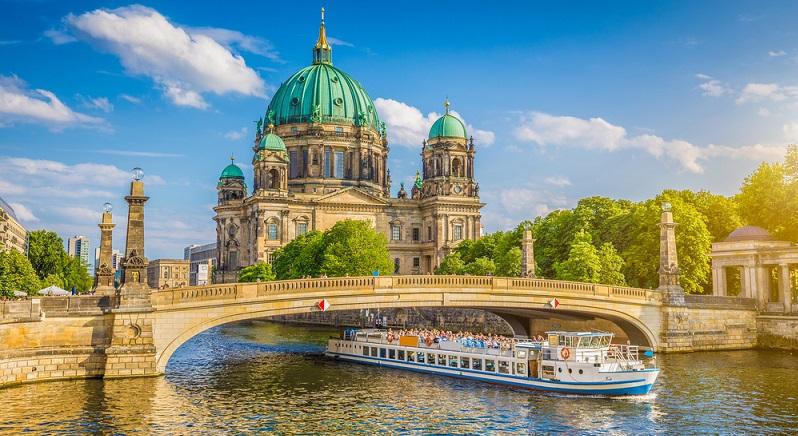 Berlin als Hauptsitz und voluminöseste Stadt der Bundesrepublik Deutschland bekannt, besitzt eine Fläche von etwa 892km².