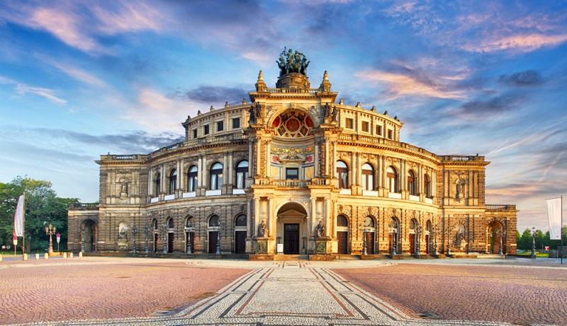 Reisende, die speziell am kulturellen Geschehen und an historischen Sehenswürdigkeiten interessiert sind, erwartet in der sächsischen Stadt Dresden an ganzes Potpourri an sehenswerten Überraschungen.