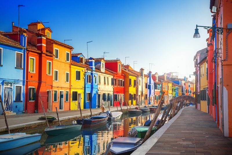 Wochenendausflug nach Venedig: Die Lagunenstadt mit dem besonderen Flair. Venedigs Wasserstraßen laden Verliebte zu wunderbar romantischen Gondelfahrten ein. (#04)