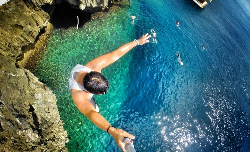 Wer sich traut, kann bei letzterem Ziel das Klippenspringen probieren (Fotolizenz: Shutterstock- KeithMKH)