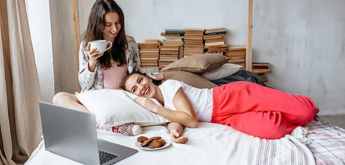 Hygge-Wohnzimmer: das brauchen Sie, um so glücklich zu werden, wie die Dänen ( Foto: Shutterstock-Daria Lukoiko)