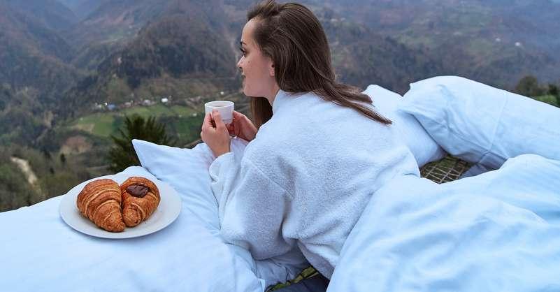 Zum Wellnessurlaub in den Bergen gehört nicht nur ein tolles Spa mit Sauna und verschiedenen Thermenbecken. Auch die kulinarische Seite darf nicht vergessen werden! ( Foto: Shutterstock - goffkein.pro )