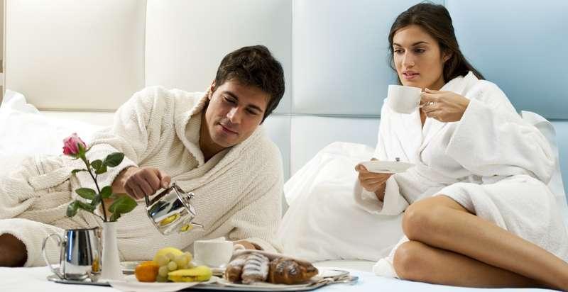 Der Vorteil, wenn das Frühstück im Urlaub auf's Zimmer gebracht wird: Die häufig eher knapp bemessenen Frühstückszeiten stellen kein Problem dar. ( Foto: Shutterstock-_stefanolunardi )